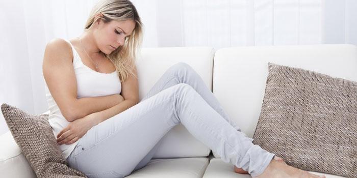 Женщина сидит на дивание