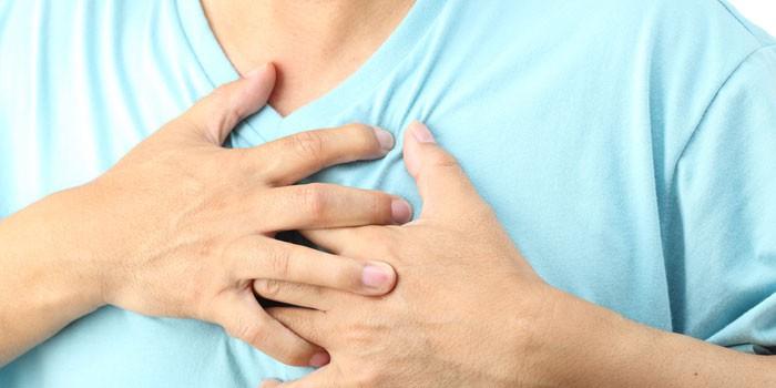 Мужские руки на области сердца