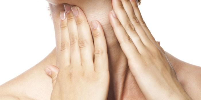 Женщина приложила руки к горлу