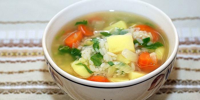 Постный рисовый суп в тарелке