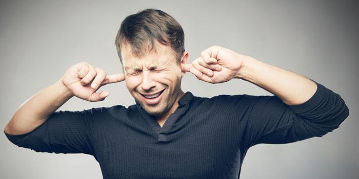У мужчины шумит в ушах