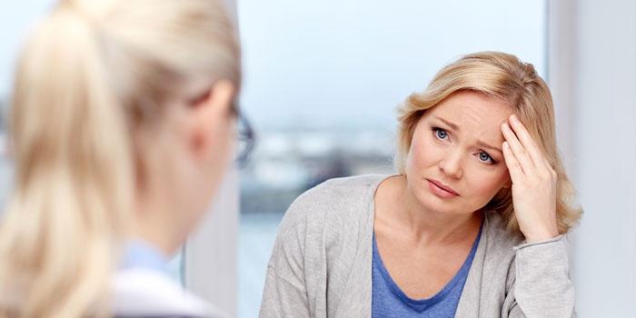 Женщина слушает врача