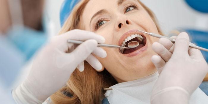 Девушка на приеме у дантиста