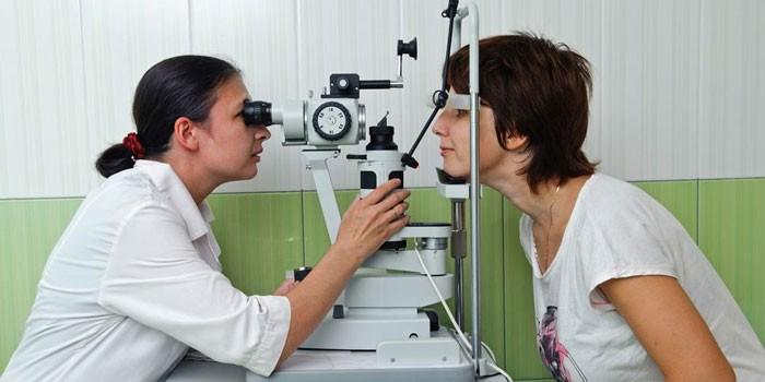 Женщина проходит осмотр у офтальмолога