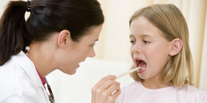 Девочка проходит медосмотр на ОРВИ перед вакцинацией