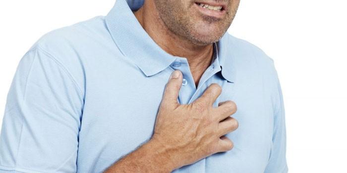 Человек приложил руку к груди