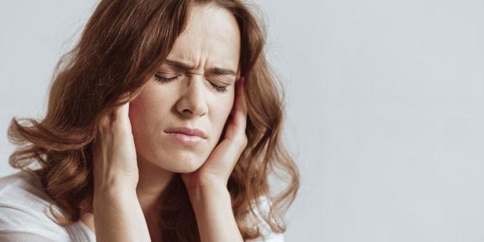 У женщины болит голова
