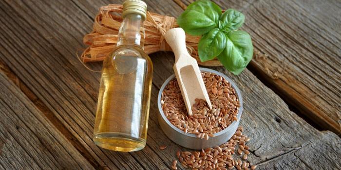 Льняное масло в бутылочке и семена льна