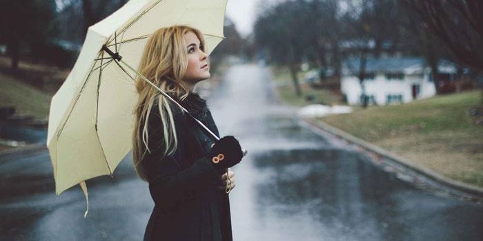 Девушка гуляет под дождём