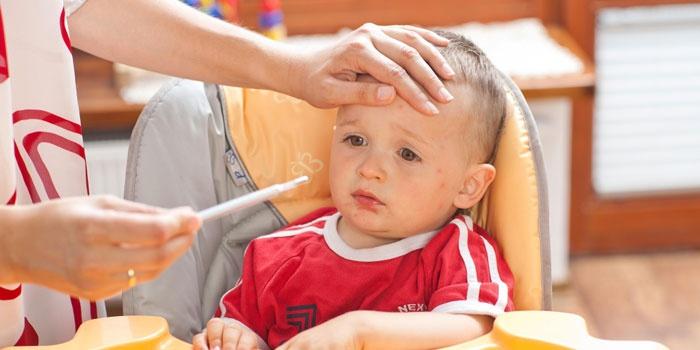 Ребенок с повышенной температурой тела