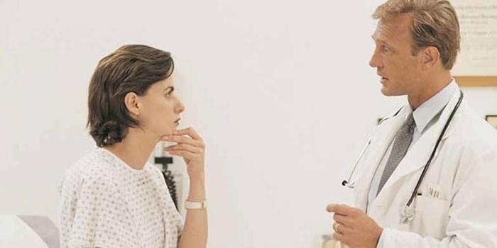 Врач беседует с пациенткой