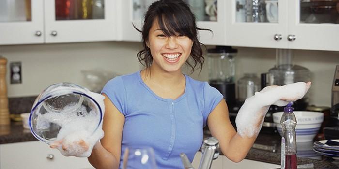 Девушка моет посуду без перчаток