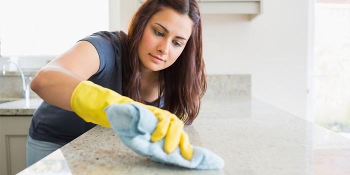 Уборка дома в защитных перчатках