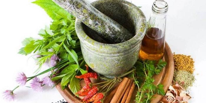 Лекарственные травы, ступка и настой