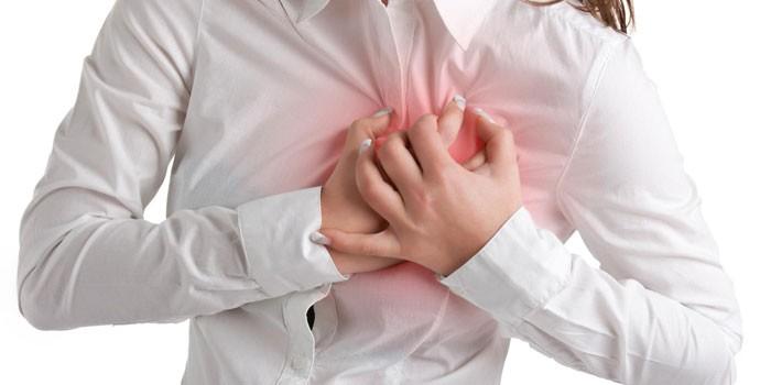 У девушки боли в сердце