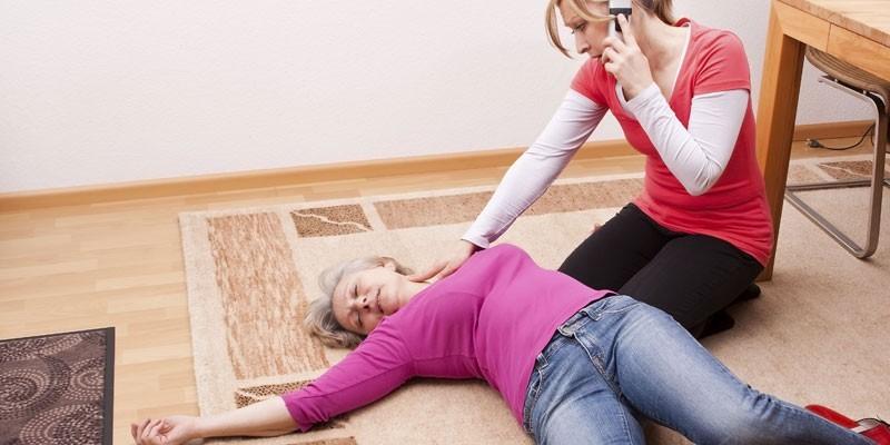 Женщина нащупывает пульс