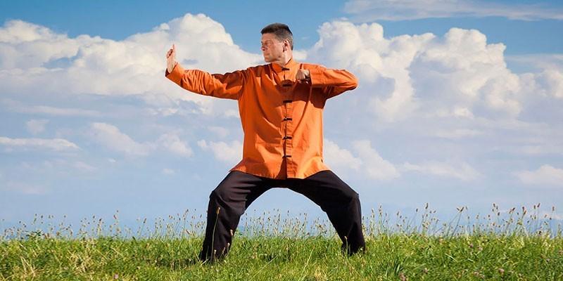 Мужчина занимается зарядкой Цигун