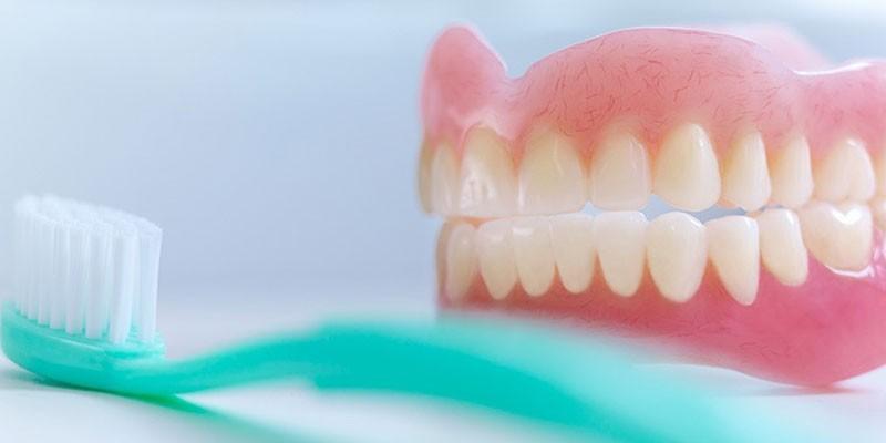 Зубная щетка и зубной протез