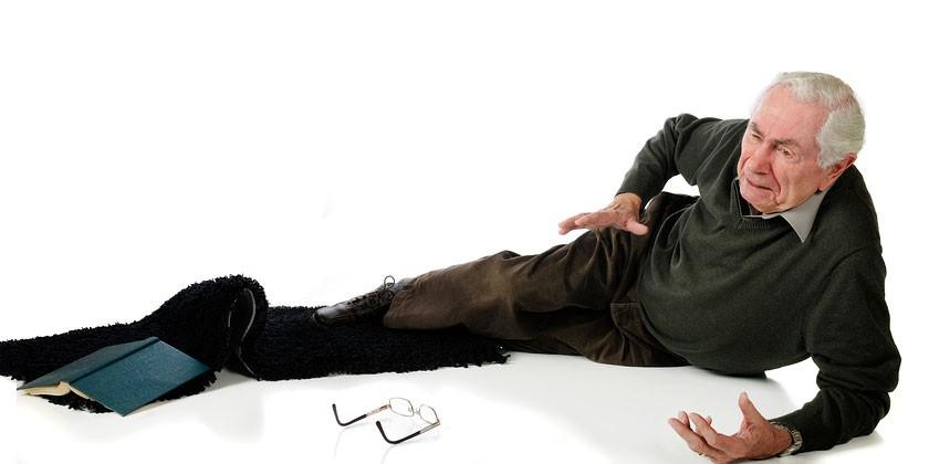Пожилой мужчина упал