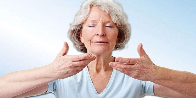 Женщина выполняет дыхательную гимнастику