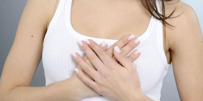 Девушка скрестила руки на груди