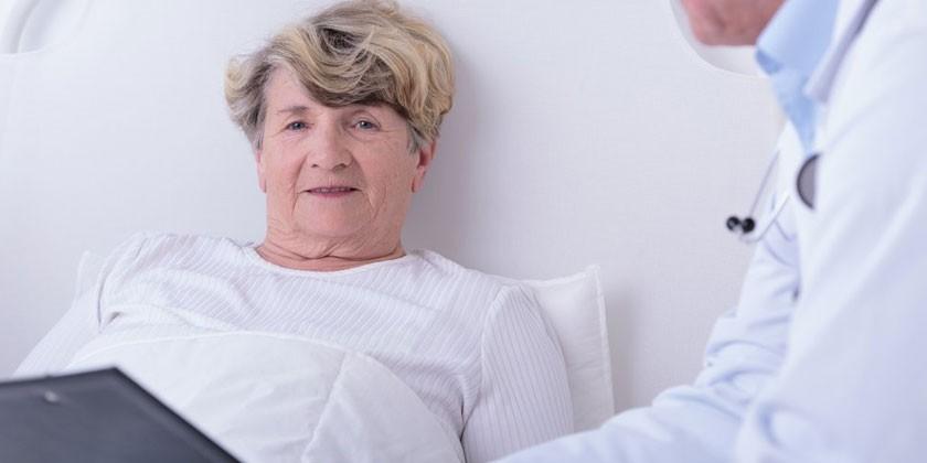 Медик и женщина в возрасте