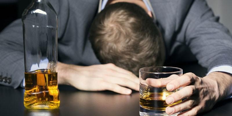 Пьяный мужчина спит на столе