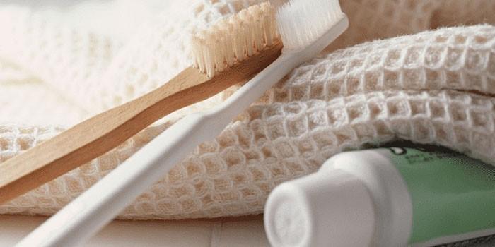 Зубные щетки, паста и полотенце