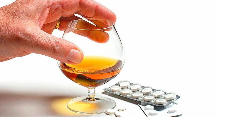 Лекарства и алкоголь в бокале
