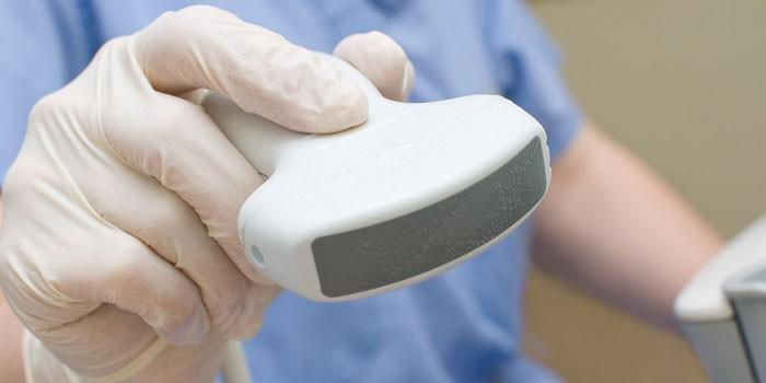 Медик с датчиком УЗИ-аппарата в руке