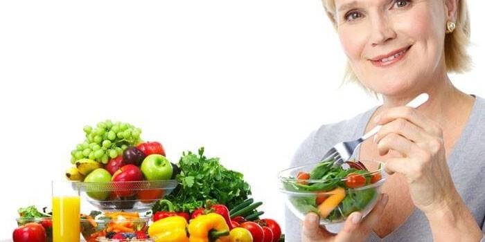 Женщина, овощи и фрукты