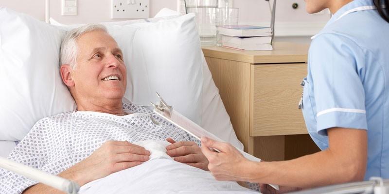 Медработник у кровати пациента