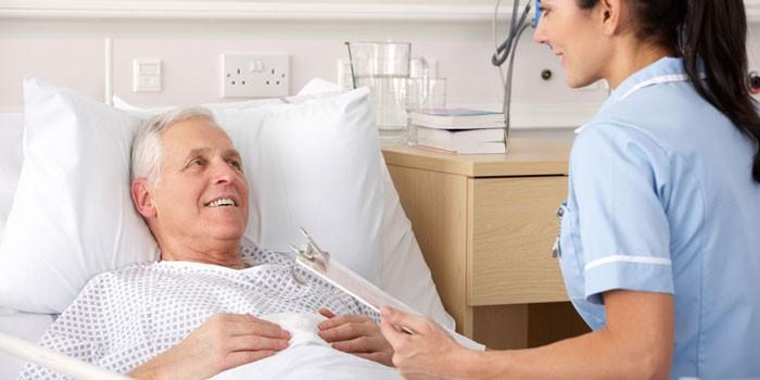 Пациент в палате и медсестра