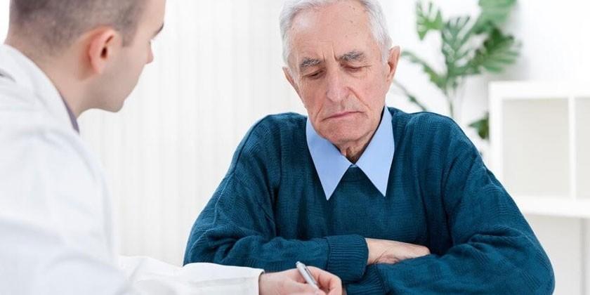Пожилой мужчина на консультации у медика