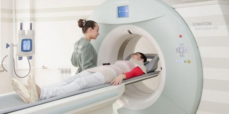 Девушка проходит исследование в аппарате МРТ