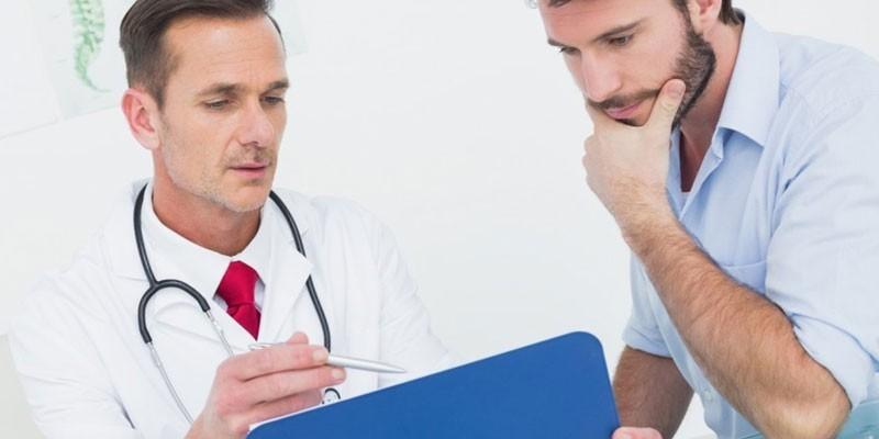 Медик консультирует пациента