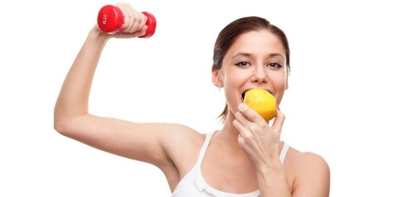 Девушка занимается спортом и ест лимон