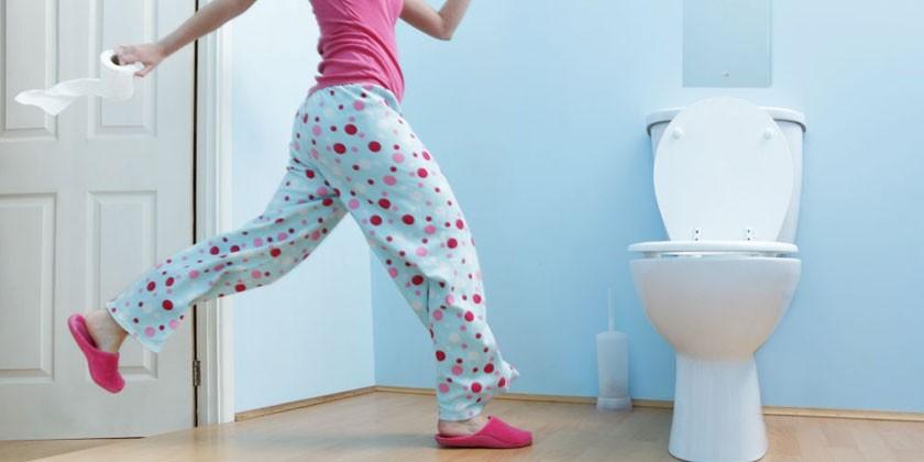Женщина бежит в туалет