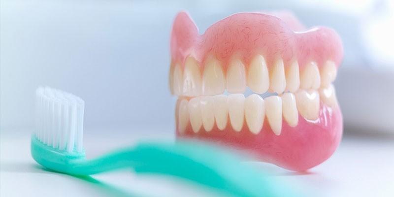 Зубной протез и зубная щетка