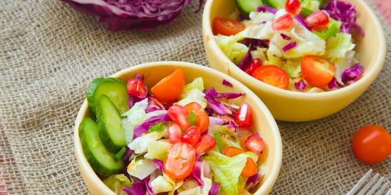 Тарелки с овощными салатами