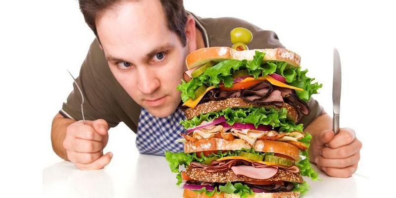 Мужчина с большим гамбургером