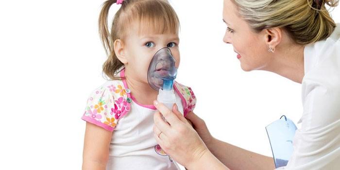 Женщина делает ингаляцию ребенку