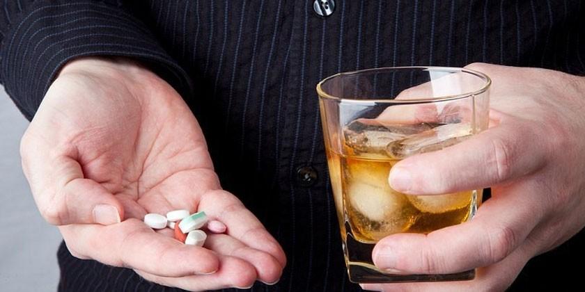 Лекарственные препараты на ладони