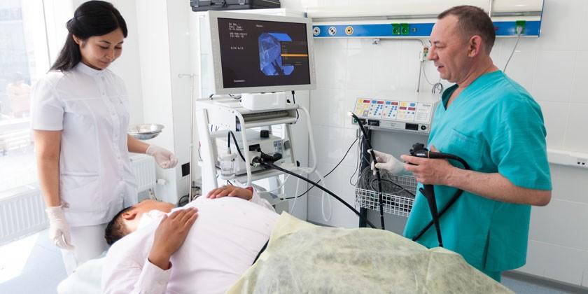 Мужчина на эндоскопическом исследовании желудка