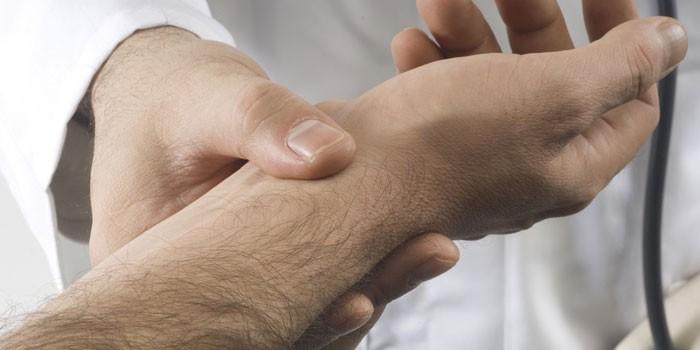 Медик проверяет пульс пациента