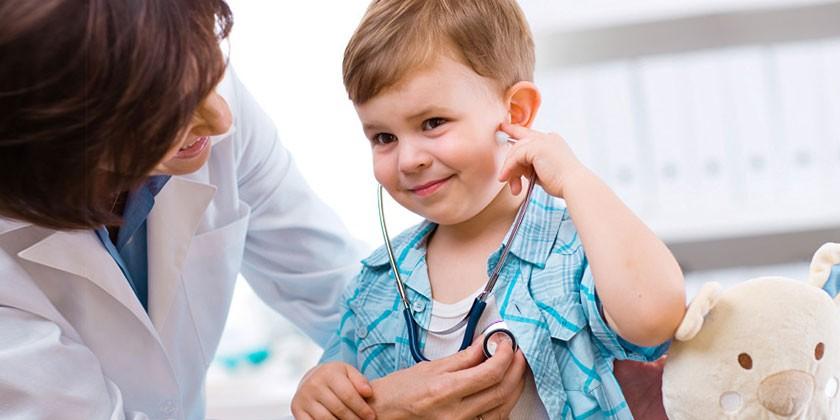 Медик осматривает ребенка