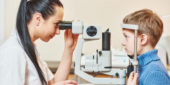 Врач офтальмолог и ребенок