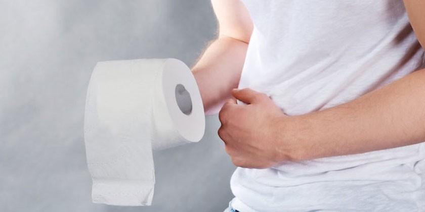 Человек с туалетной бумагой в руке