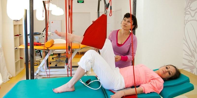 Женщина на лечебной физкультуре