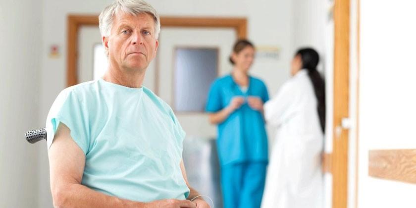 Мужчина в больничном отделении